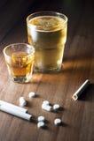 Píldoras de los cigarrillos del alcohol Fotografía de archivo libre de regalías