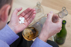 Píldoras de mezcla con alcohol imágenes de archivo libres de regalías