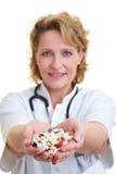 Píldoras de ofrecimiento del doctor imagenes de archivo