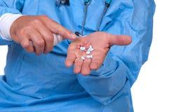 Píldoras de ofrecimiento del doctor Imagen de archivo libre de regalías