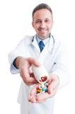 Píldoras de ofrecimiento del doctor o del médico Fotos de archivo libres de regalías