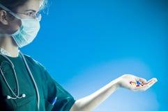 Píldoras de ofrecimiento del médico Fotografía de archivo libre de regalías