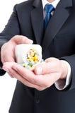 Píldoras de ofrecimiento del representante del hombre de las ventas de la medicina Imagen de archivo