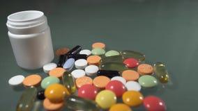 Píldoras del medicamento de venta con receta almacen de metraje de vídeo