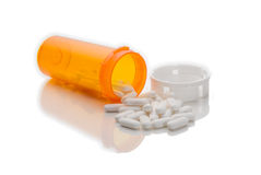 Píldoras derramadas de la botella de la medicación fotografía de archivo