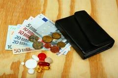 Píldoras, dinero euro y cartera Fotografía de archivo libre de regalías