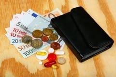 Píldoras, dinero euro y cartera Fotos de archivo