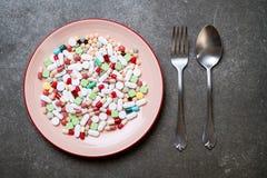 píldoras, drogas, farmacia, medicina o médico en la placa foto de archivo