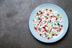 píldoras, drogas, farmacia, medicina o médico en la placa fotos de archivo libres de regalías