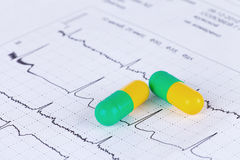 Píldoras en diagrama de ECG Fotografía de archivo libre de regalías