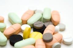 Píldoras en el fondo blanco Imágenes de archivo libres de regalías