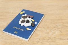 Píldoras en el pasaporte imagenes de archivo