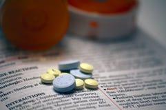 Píldoras en guía de referencia de las drogas Fotografía de archivo