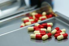 Píldoras en la bandeja de la droga del acero inoxidable Foto de archivo