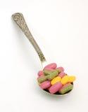 Píldoras en la cuchara foto de archivo libre de regalías
