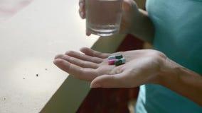 Píldoras en la mano almacen de video