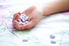 Píldoras en la mano Imagen de archivo libre de regalías