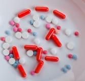 Píldoras en la placa Fotografía de archivo