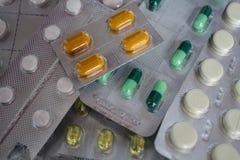 Píldoras en paquete de ampolla imagen de archivo