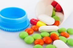 Píldoras en tarro plástico Imagen de archivo libre de regalías