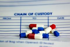 Píldoras en un bolso de la evidencia Fotografía de archivo libre de regalías