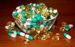 Píldoras en un fondo de madera Fotografía de archivo libre de regalías