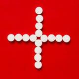Píldoras en un fondo rojo Fotografía de archivo