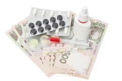 Píldoras en un paquete de ampolla, termómetro, líquido del rojo del syringewith Fotos de archivo libres de regalías