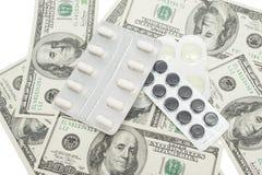 Píldoras en un paquete y dólares de EE. UU. de ampolla Fotos de archivo libres de regalías