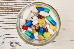 Píldoras en un tarro de cristal fotos de archivo