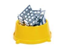 Píldoras en un tazón de fuente Imagen de archivo libre de regalías