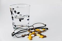 Píldoras en un vidrio fotografía de archivo