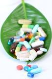 Píldoras en una hoja Imagenes de archivo