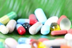 Píldoras en una hoja Fotos de archivo libres de regalías