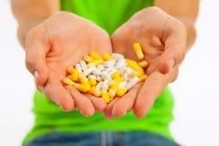 Píldoras en una mano Fotografía de archivo libre de regalías