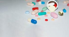 Píldoras farmacéuticas en la tabla imagen de archivo