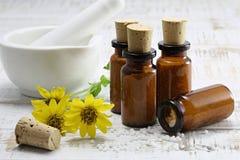 Píldoras homeopáticas de la árnica Fotografía de archivo libre de regalías