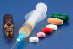 Píldoras, jeringuilla, frasco y ampolla Imagen de archivo