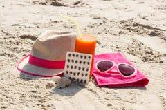 Píldoras, jugo de zanahoria y accesorios médicos para tomar el sol en la playa, la vitamina A y el moreno hermoso, duradero Fotografía de archivo