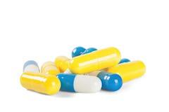 Píldoras médicas azules y blancas con las sombras Imagenes de archivo