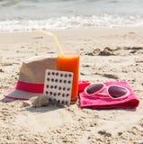 Píldoras médicas, jugo de zanahoria y accesorios para tomar el sol, concepto de vitamina A y moreno hermoso, duradero Fotografía de archivo