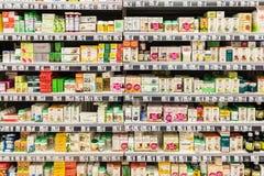 Píldoras médicas y suplementos en farmacia Foto de archivo libre de regalías