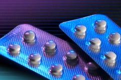 Píldoras múltiples en hoja Foto de archivo libre de regalías