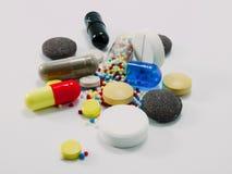 Píldoras multicoloras imagenes de archivo