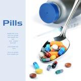 Píldoras multicoloras de la medicina en la cuchara de plata Foto de archivo