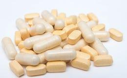 Píldoras o cápsulas amarillas de la medicina en un primer blanco del fondo las vitaminas drogan la prescripción de las drogas par imágenes de archivo libres de regalías