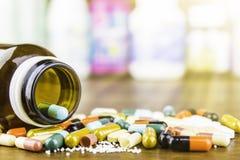 Píldoras o cápsulas de la medicina en el fondo de madera Prescripción de la droga para la medicación del tratamiento Medicamento  foto de archivo