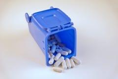 Píldoras para la salud en basura Foto de archivo