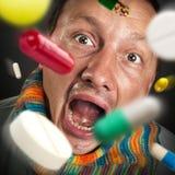 Píldoras que caen en boca abierta Imágenes de archivo libres de regalías