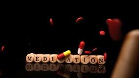 Píldoras que caen y que ruedan sobre la medicación del deletreo de los dados almacen de video